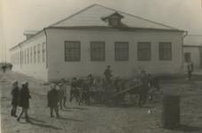 Школьники около школы