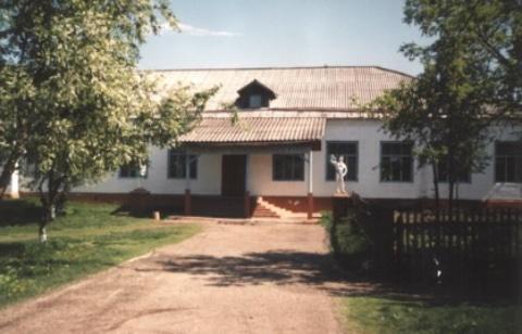Фасад Ильинской средней школы село Ильинское Катайский район Курганская область